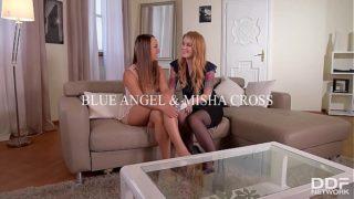 La adolescente Misha Cross follada por el culo mientras lame el jugoso coño de Blue Angel
