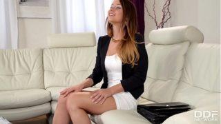 La joven adolescente holandesa Taylor Sands muestra sus jodidos talentos ante la cámara