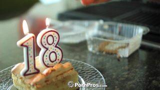 Cassidy Ryan celebra su 18 cumpleaños con pastel y polla